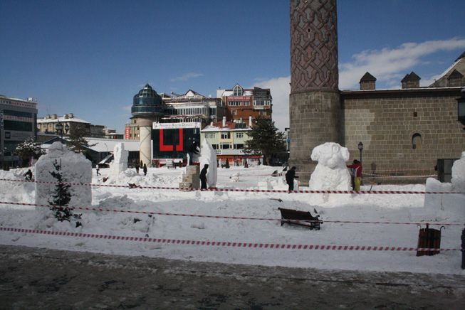 Kardan heykeller şekilleniyor