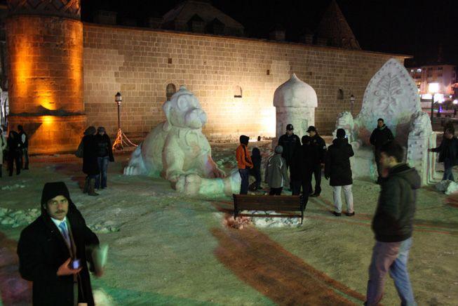 Polislerin kardan heykel nöbeti