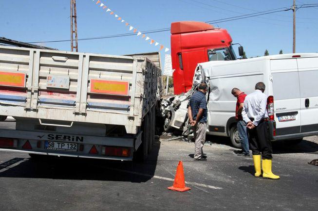 Düğün yolunda kaza 1 ölü 11 yaralı