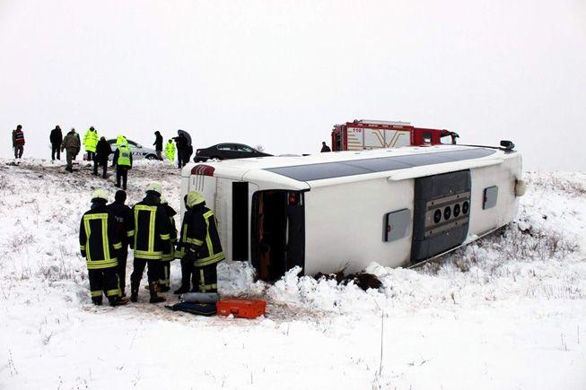 Yolcu otobüsü devrildi: 1 ölü 13 yaralı
