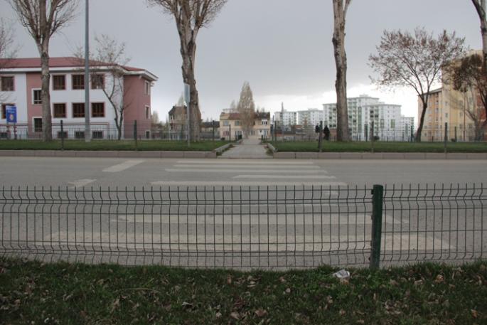 Erzurum'da bir garip yaya geçidi, başı var sonu yok