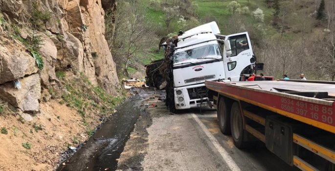 Erzurum'da zift dolu tanker devrildi