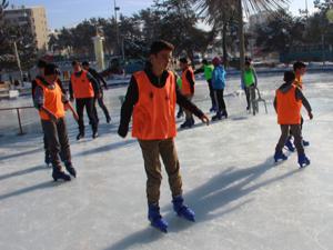 Afganlı ve Suriyeli çocuklar buz pateni öğreniyor