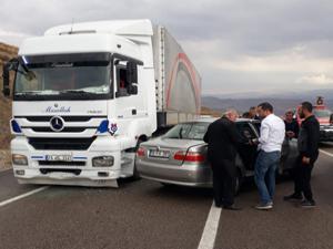 Aşkale'de iki ayrı trafik kazası: 3 yaralı