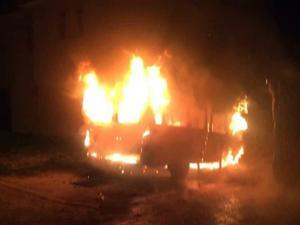 Aziziye'de minibüs gece yarısı yandı