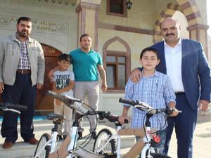 Başkan Orhan'dan bisiklet sürprizi