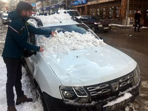 Çatıdan düşen kar 2 otomobili hurdaya çevirdi