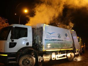 Çöp kamyonu itfaiye önünde alev aldı