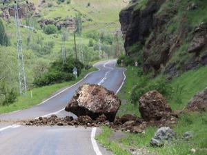 Dev kaya karayoluna düştü