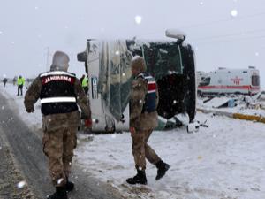 Erzincan'da yolcu otobüsü devrildi: 46 yaralı