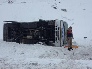 Erzurum'da halk otobüsü devrildi: 2 ölü, 19 yaralı
