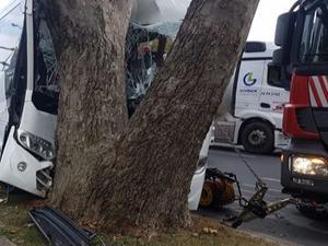 Havalimanı personelini taşıyan servis kaza yaptı!
