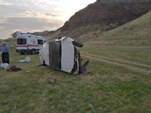 Horasan'da otomobil takla attı: 3 yaralı