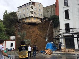 İstanbul'da 4 katlı bina böyle çöktü