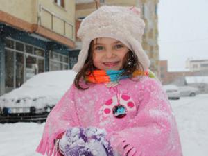 Kar yağışına en fazla sevinen çocuklar oldu