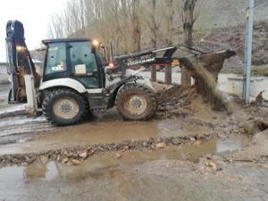 Köprüköy'de yoğun yağış sele neden oldu