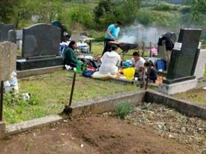 Mezarlıktaki mangal fotoğrafı olay yaratmıştı!