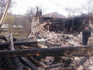 Oltu'da yanan caminin enkazı kaldırılıyor
