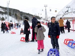 Palandöken'de hafta sonu kayak ve kızak coşkusu