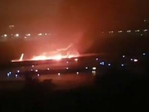 Rusya'da yolcu uçağı pistten çıkarak alev aldı! Yaralılar var