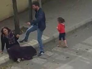 Sokak ortasında kadına tekme tokat saldırdı!