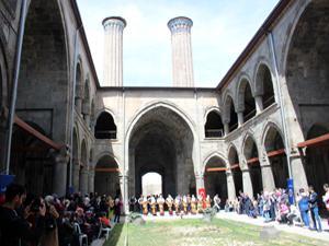 Tarihi Çifte Minareli Medrese'de yemek yarışması