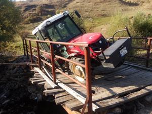 Traktör tahta köprüde asılı kaldı