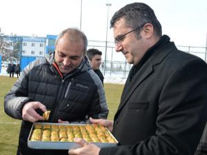 Vali Memiş'ten B.B. Erzurumspor'a tatlı ziyaret