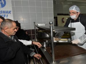 Vali Memiş'ten vatandaşlara sıcak yemek ikramı