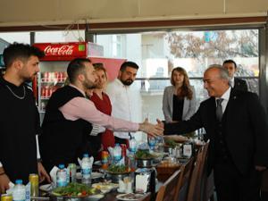 Vali Memiş ve Rektör Çomaklı, öğrencilerle yemekte buluştu