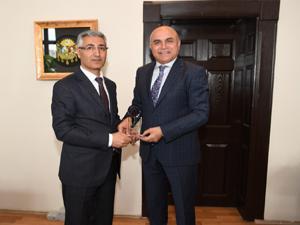 Vergi Dairesi Başkanından Ali Korkut'a plaket