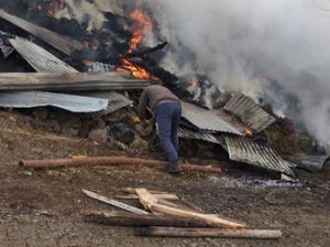Zeyrek'te 3 ev ve 6 ahır yandı