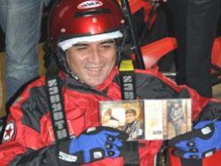 Erkal yeni albümünü go-kart pistinde tanıttı