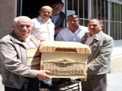 Oltu'da arıcılara kovan altlığı dağıtıldı