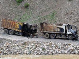 PKK, Siirt'te 2 kamyonu yaktı