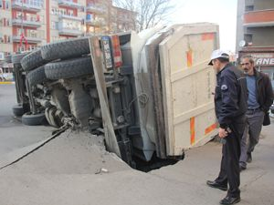 Erzurum'da yol çöktü, kamyon yan yattı