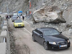 Artvin-Erzurum karayolunda heyelan