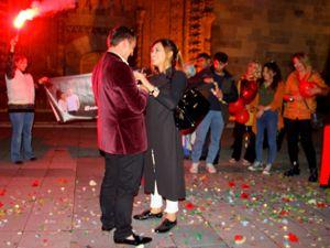 Tarihi medrese önünde sürpriz evlilik teklifi