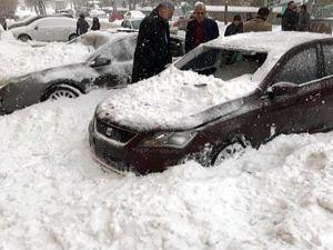 Erzurum'da kar kütlesi, 3 otomobili hurdaya çevirdi