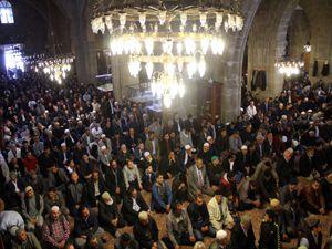 Ramazan'ın ilk Cuma namazında camiler cemaatle doldu taştı
