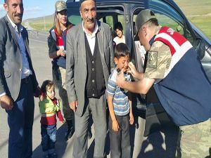 Erzurum'da sürücülere bayram şekeri jandarmadan