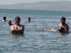 Çıldır Gölü, sahilleri aratmıyor