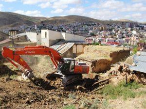 Harabe binaların yıkım çalışmaları devam ediyor