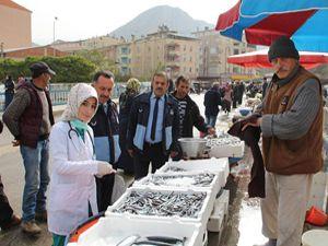 Veterinerden halk pazarında balık denetimi