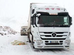 Kar ve tipiden kapanan yolda kalp krizi geçirip öldü