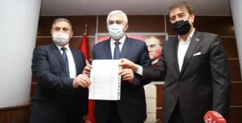 AK Parti İl Başkanı Öz mazbatasını aldı