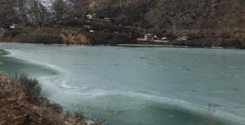 İspir'de Çoruh Nehri buz tuttu