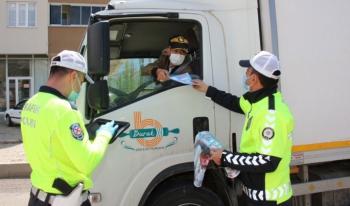 Oltu Bölge Trafik ekipleri sürücülere broşür dağıttı