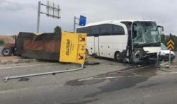 Otobüs ile traktör çarpıştı: 4 yaralı