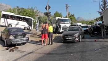Otobüs, kırmızı ışıkta bekleyen araçları biçti